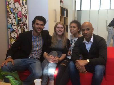 Ali Ghossein, Julie Sijmons, Humberto Tan en zijn dochter Julia op een rode bank