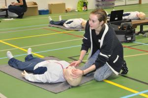 instructeur Eline Thijssen geeft instructie over de beademing op een reanimatiepop