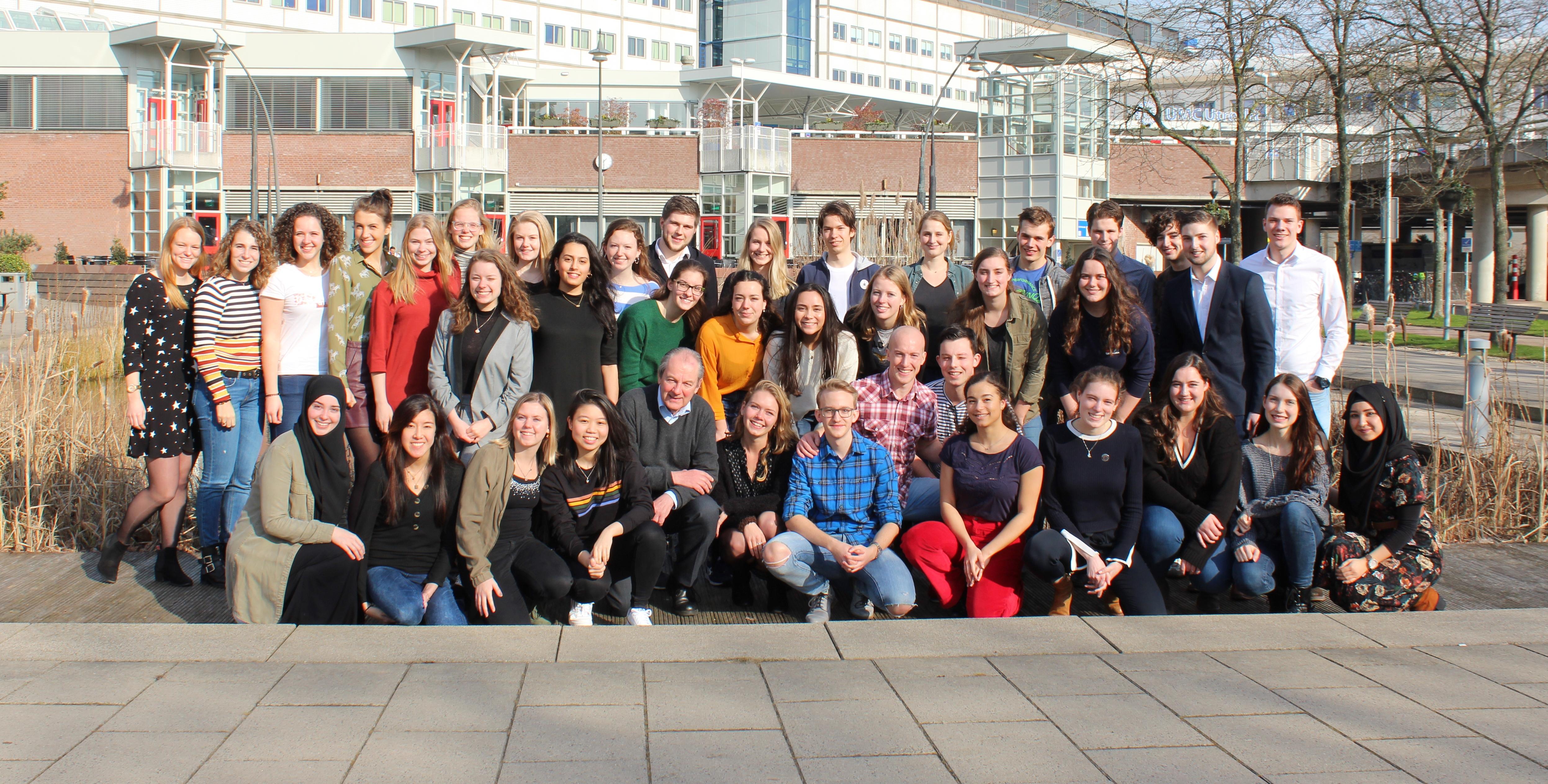 de bestuursleden van alle lokale organisaties van Taskforce QRS poseren samen voor de vijver bij het UMC Utrecht