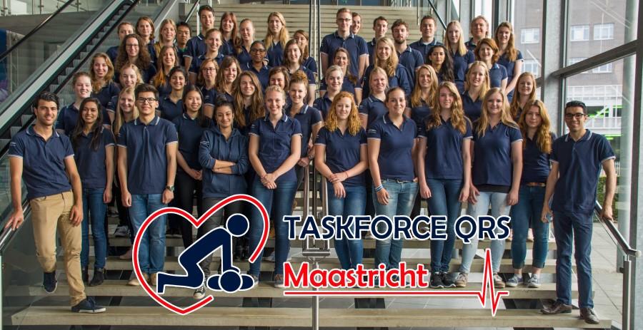 tientallen reanimatie-instructeurs van Taskforce QRS Maastricht staan opgesteld op een trap